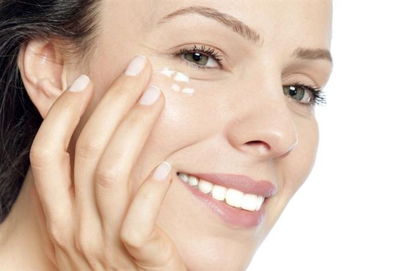 Bổ sung kem mắt để nuôi dưỡng vùng da quanh mắt luôn sáng đẹp.
