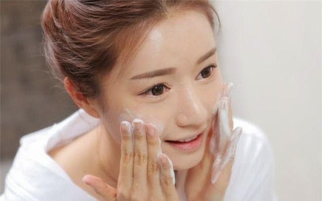 Sửa rửa mặt giúp loại bỏ những tạp chất còn đọng lại sau bước tẩy trang.